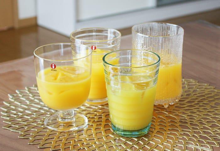 イッタラのグラスにオレンジジュースを入れた