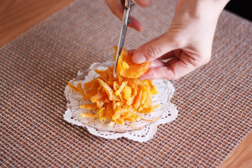 ドライマンゴーを細かく切ります
