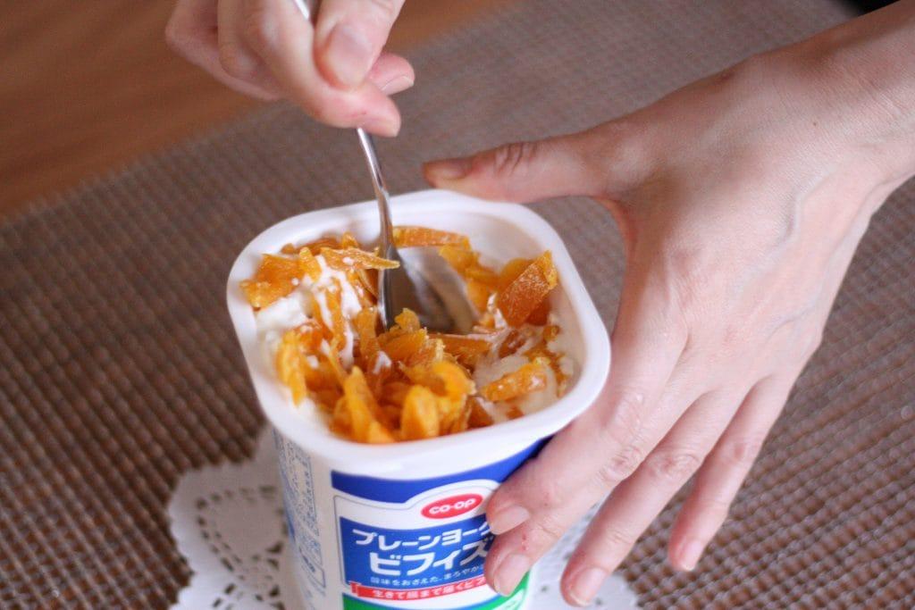 ヨーグルトに切ったマンゴーを混ぜます