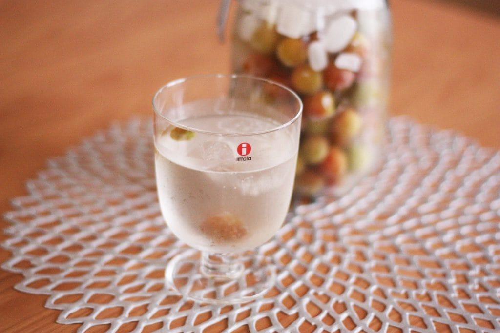 グラスに入れた梅シロップ